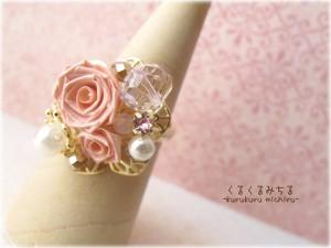ピンクのきらめく指輪
